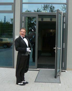 der spa kellner und butler zu gast bei der volksbank